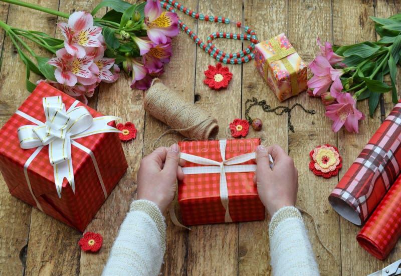 欢乐的背景 顶视图结构的妇女手为生日,母亲节,情人节, 3月8日包裹礼物 Packe 免版税图库摄影