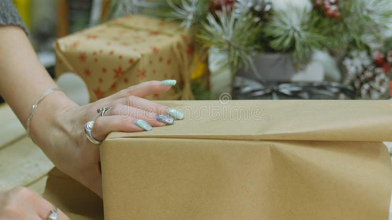 欢乐的装饰 设计师装饰员的工作 在圣诞节的前夕 免版税库存图片