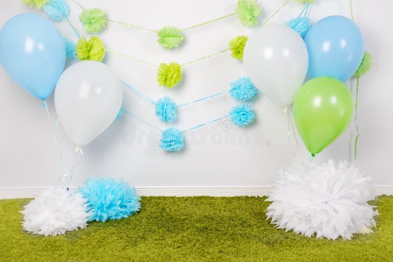欢乐背景装饰为第一个生日庆祝或复活节假日与蓝色,绿色和白皮书开花,迅速增加 库存照片