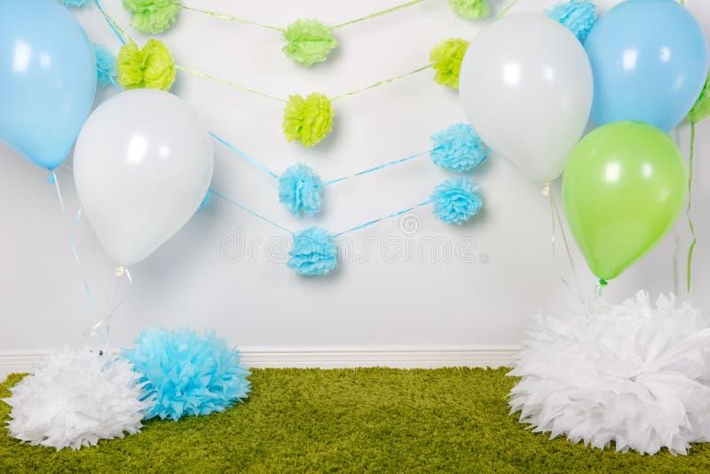 欢乐背景装饰为第一个生日庆祝或复活节假日与蓝色,绿色和白皮书开花,迅速增加 免版税库存照片
