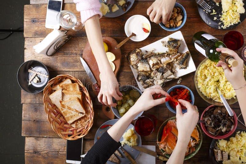 欢乐膳食 圣诞节或感恩 在晚餐的愉快的家庭 各种各样的自创盘 免版税库存图片