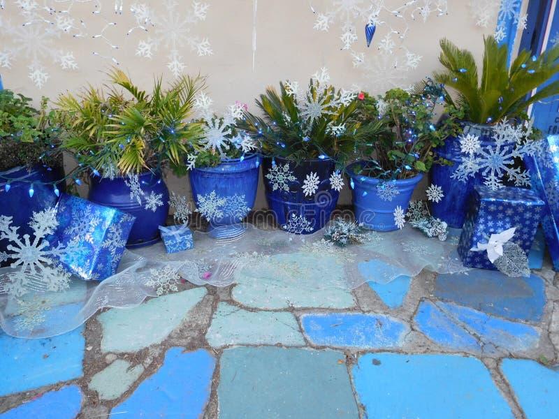 欢乐蓝色罐&蓝色瓦片有在蓝纸包裹的圣诞节礼物的 免版税库存照片