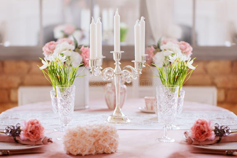 欢乐饭桌装饰 春天假日装饰 免版税库存图片