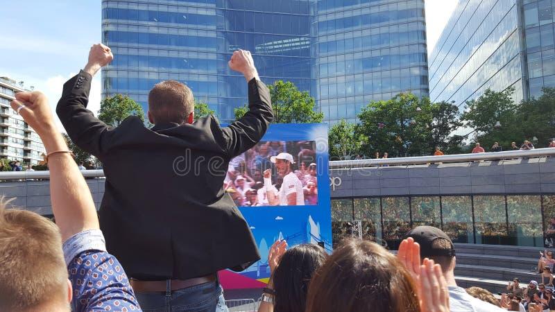欢呼为网球员安迪・穆雷的人群 免版税库存照片