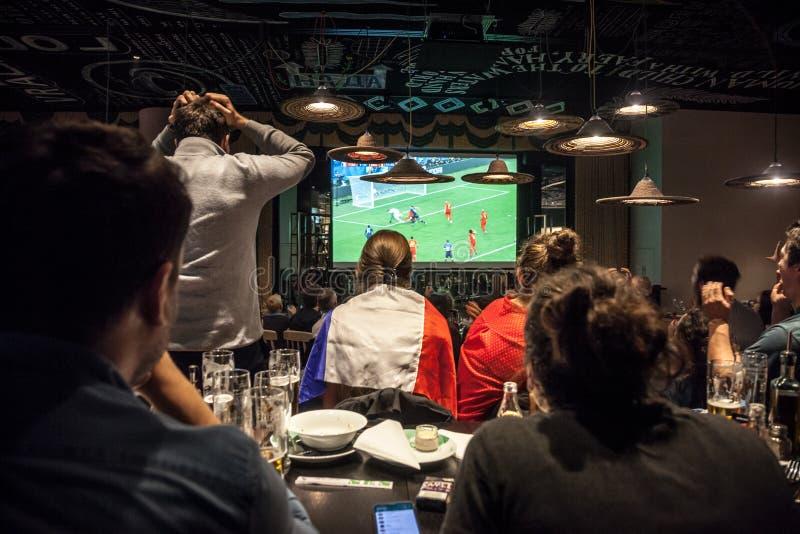 欢呼和观看2018年国际足球联合会橄榄球世界杯半最后的足球比赛法国对的法国支持者 比利时 免版税库存图片