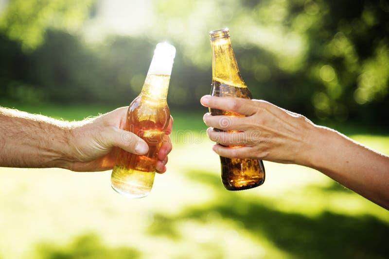 欢呼啤酒户外酒精庆祝敬酒概念 库存图片