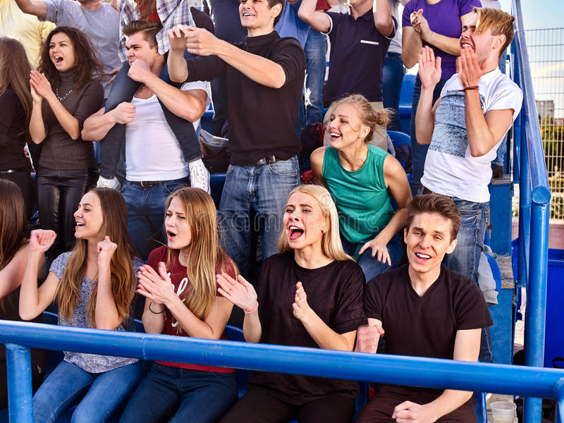 欢呼在体育场内的爱好者 小组人等待您喜爱的队 免版税库存照片