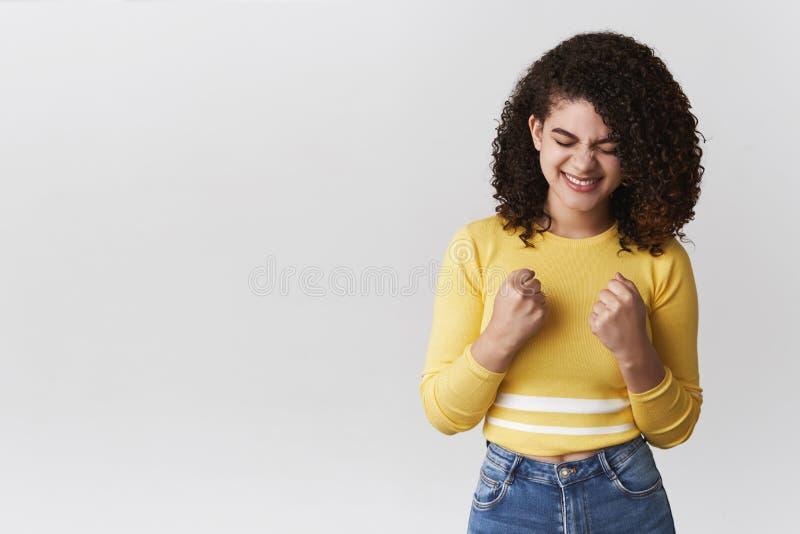 欢呼女孩的欣喜达到叫喊奖接近的眼睛是紧握拳头快乐庆祝胜利胜利身分 免版税图库摄影