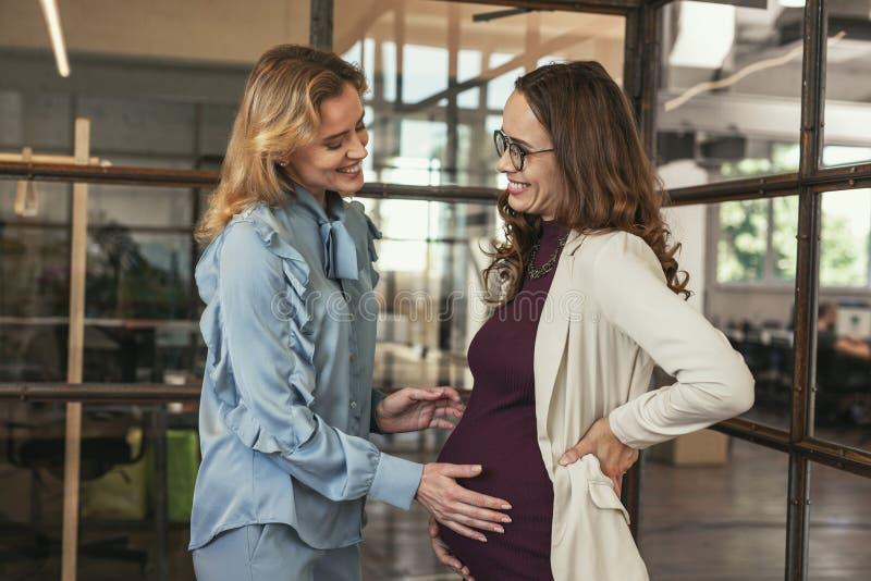 欢呼孕妇的喜悦的同事 库存图片