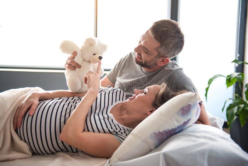 欢呼孕妇的愉快的丈夫 免版税库存图片