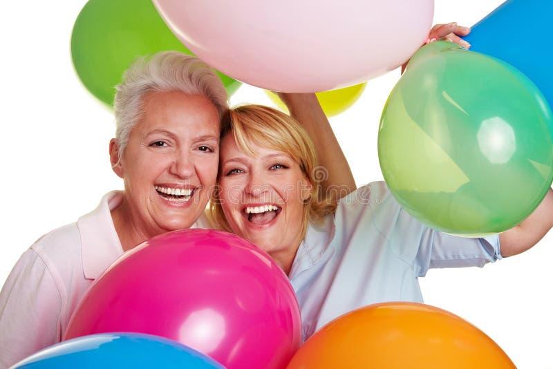 欢呼愉快的妇女的气球 免版税库存图片