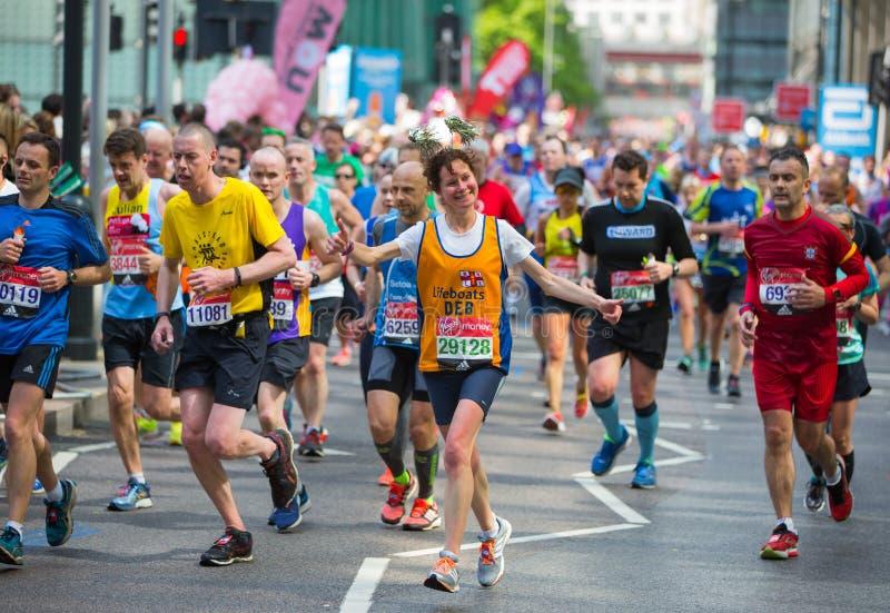 欢呼由公众的愉快的马拉松运动员 慈善金钱培养 ?? 免版税库存照片