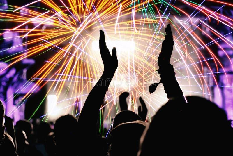 欢呼的人群和烟花 新年` s伊芙党 免版税图库摄影
