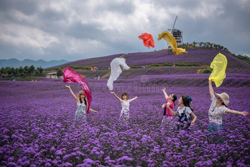 欢呼的妇女在淡紫色主题乐园 图库摄影