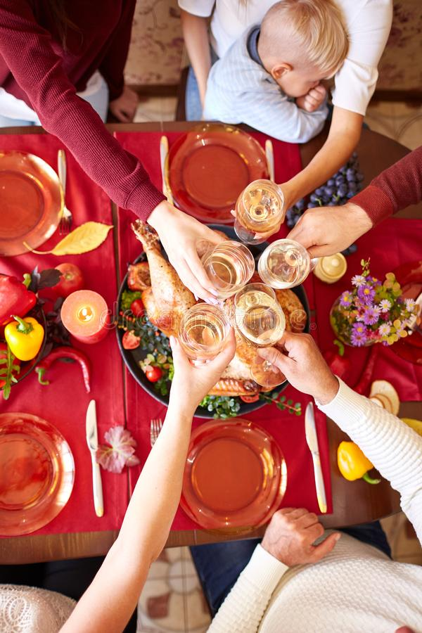 欢呼的玻璃顶视图在圣诞节的在被弄脏的背景 家庭感恩晚餐 庆祝概念 免版税库存照片