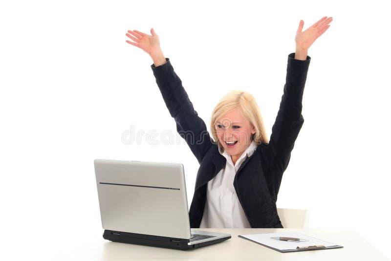 欢呼的膝上型计算机妇女 免版税库存图片