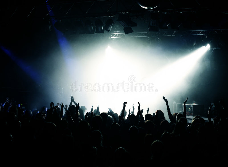 欢呼的音乐会人群 免版税图库摄影