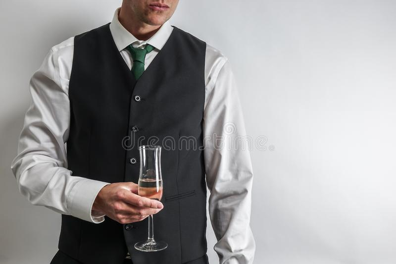欢呼穿着体面的人拿着一杯香槟,多士/ 免版税图库摄影