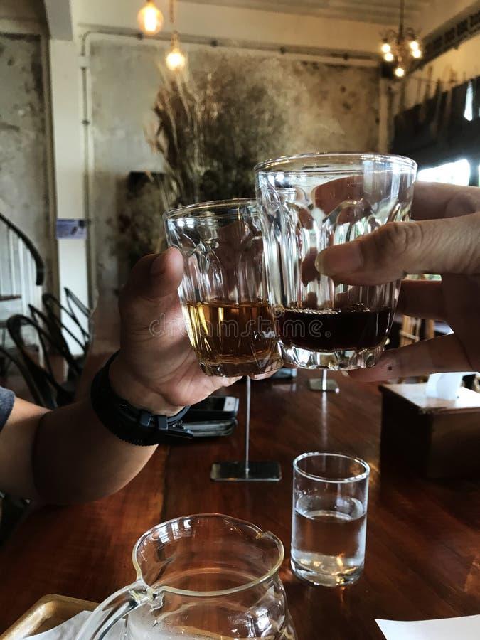 欢呼! 在葡萄酒咖啡馆的咖啡党, 免版税库存照片