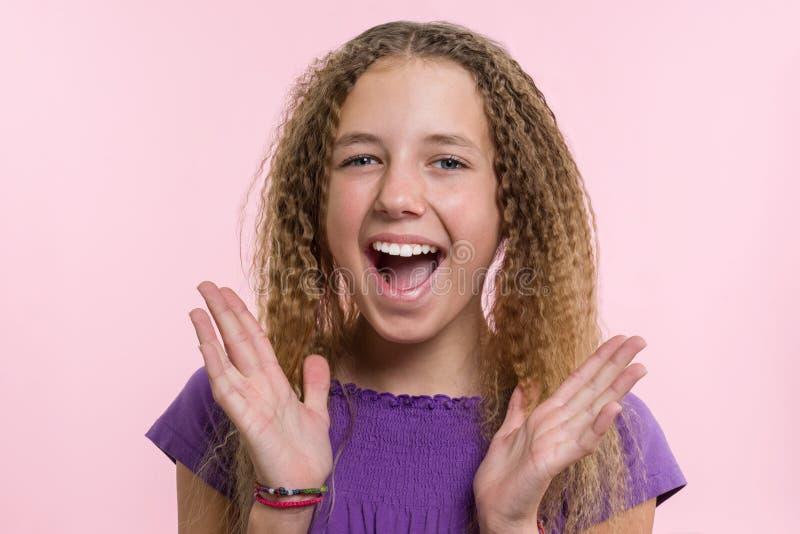 欢欣、幸福、喜悦、胜利、成功和运气 桃红色背景的青少年的女孩 表情和人情感概念 库存图片