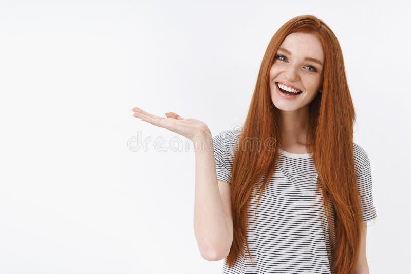 欢欣的女孩当前好产品举行对象棕榈微笑推荐巨大选择,掀动顶头咧嘴笑的神色蓝色 库存照片