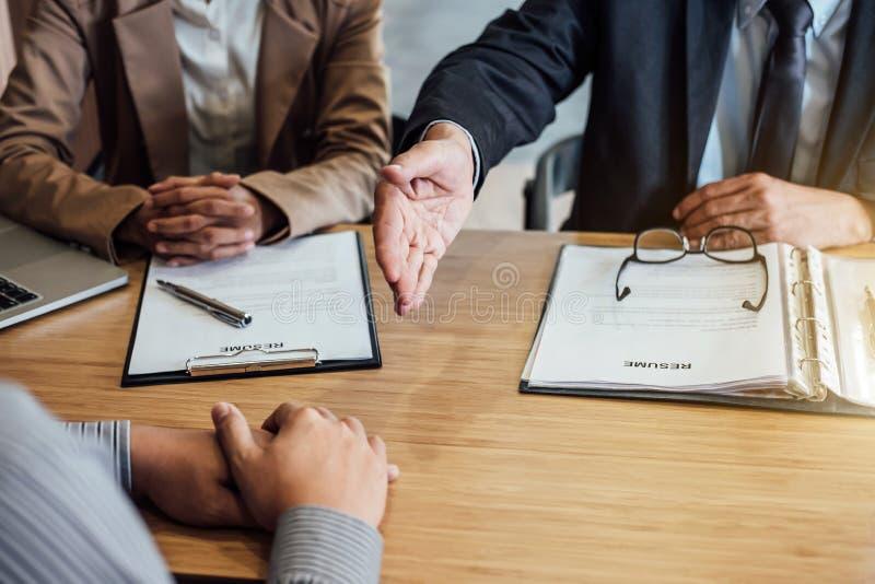 欢迎到同事,两握手的高级管理人员在du以后 免版税图库摄影