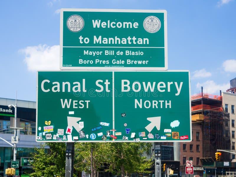 欢迎到在唐人街旁边的曼哈顿标志在纽约 免版税库存图片