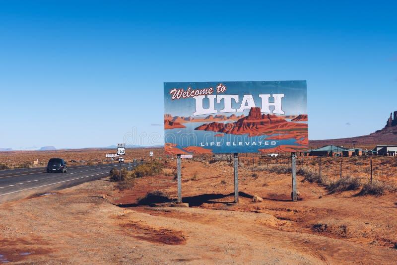 欢迎到犹他沿US-163的州标志在纪念碑谷附近 库存照片