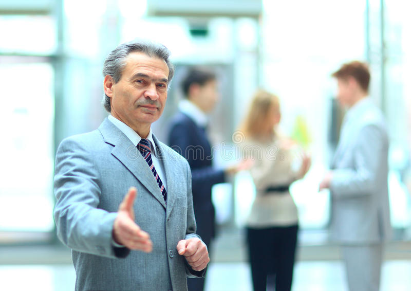 欢迎商人准备好对握手 库存照片