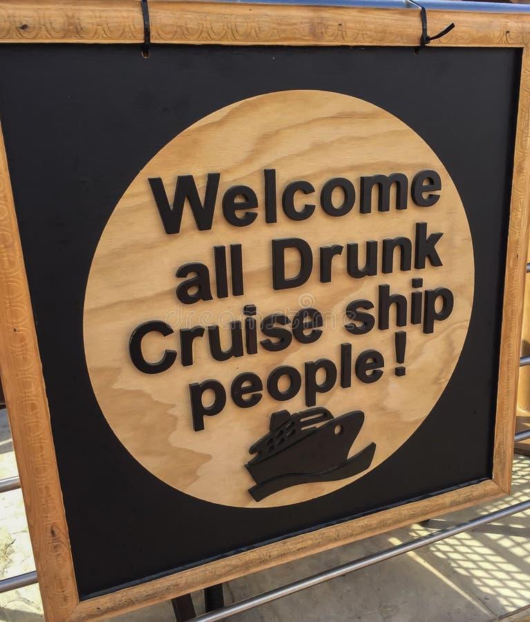 欢迎所有醉酒的游轮人民滑稽的标志 库存图片