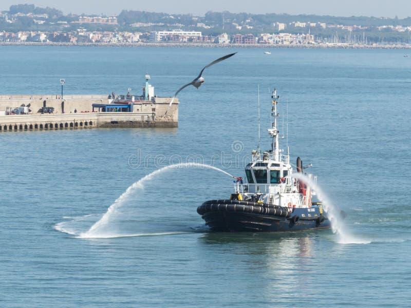 欢迎的拖轮巡航划线员在港口 免版税库存图片