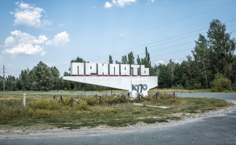 欢迎的标志死的城市Pripyat文本的访客在标志的:Pripyat 1970年 免版税库存图片