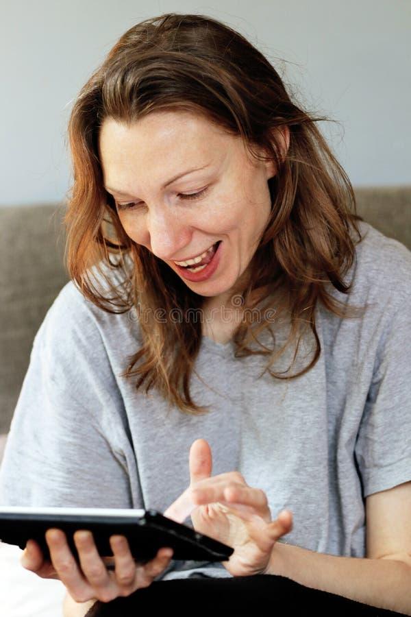 欣快在早餐时间的女孩社会网络瘾 免版税库存图片