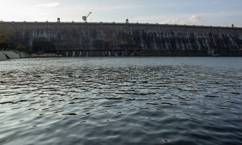欣赏印度卡纳塔克邦迈索尔雄伟的Krishna Raja Sagara大坝的美丽景色 从桥上看KRS大坝的湖 免版税库存照片