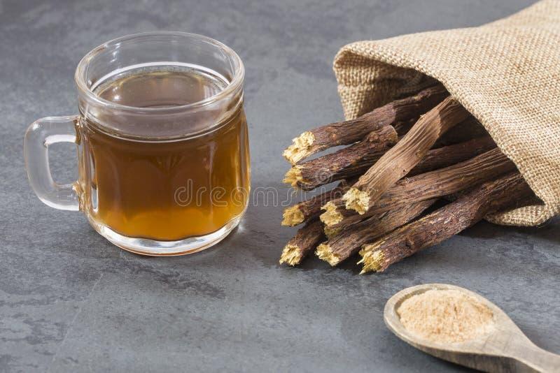 欧亚甘草茶、粉末和根-甘草glabra 图库摄影