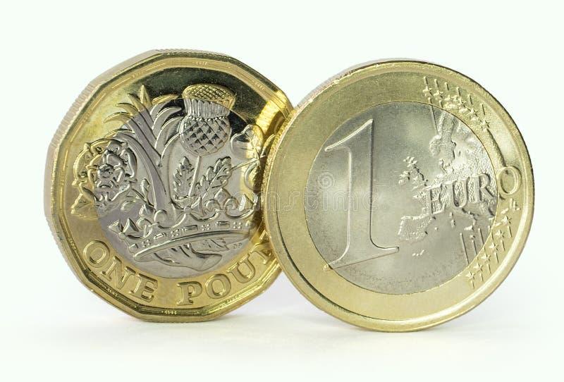 欧元和1英镑硬币 免版税库存图片