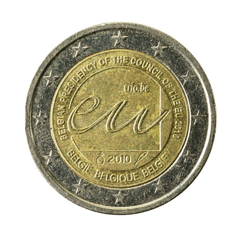 2欧元硬币在白色backgrou隔绝的EU的比利时理事会 图库摄影