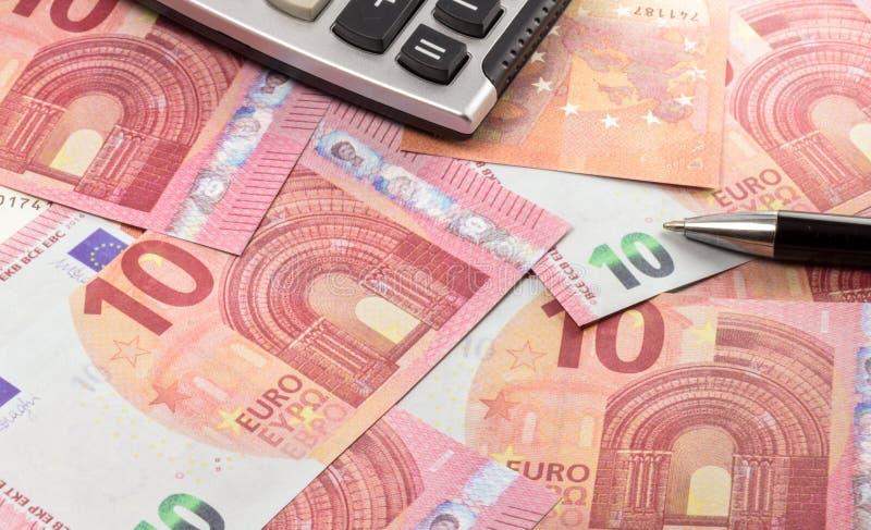欧元钞票和笔与计算器 欧元钞票 免版税库存图片