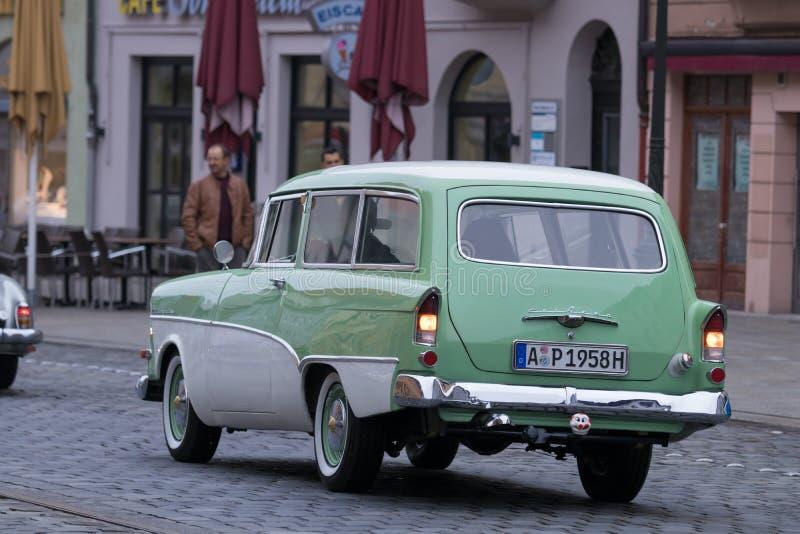 欧宝奥林匹亚Rekord有蓬卡车在Fuggerstadt Clas的老朋友汽车 图库摄影