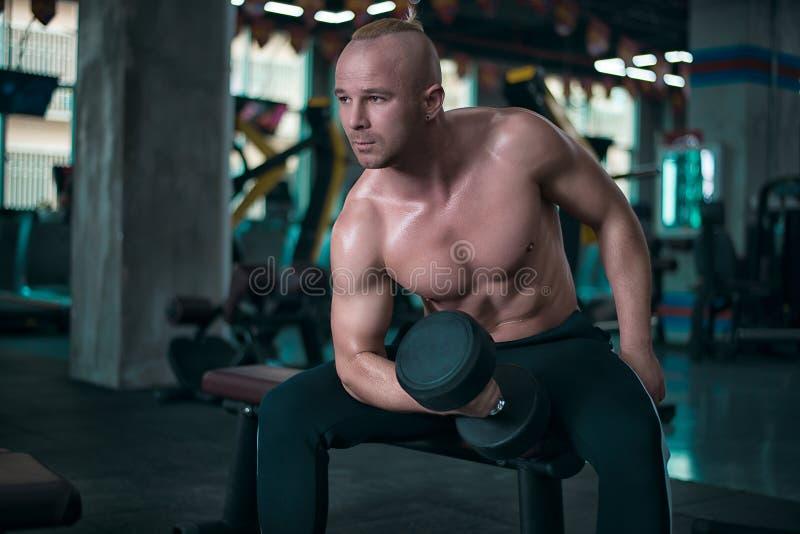欧洲人做与哑铃的锻炼 库存图片