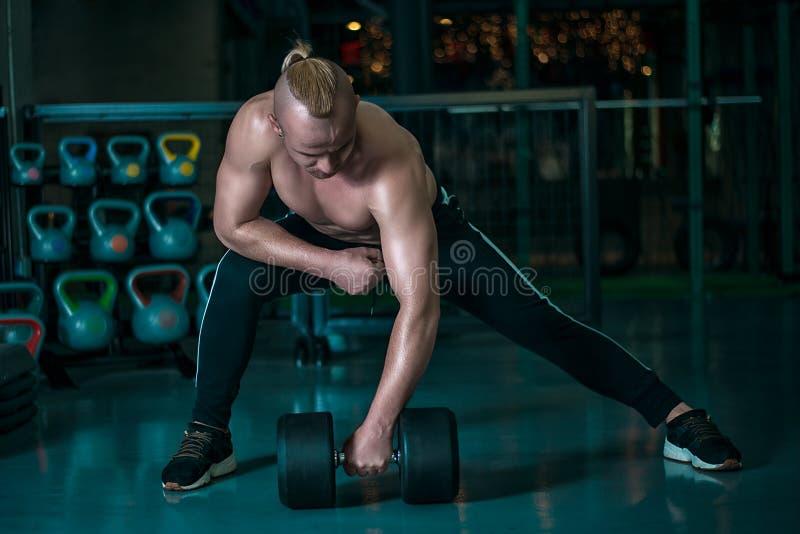 欧洲人做与重的哑铃的锻炼 免版税库存图片