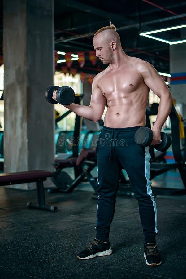 欧洲人做二头肌的锻炼 库存照片