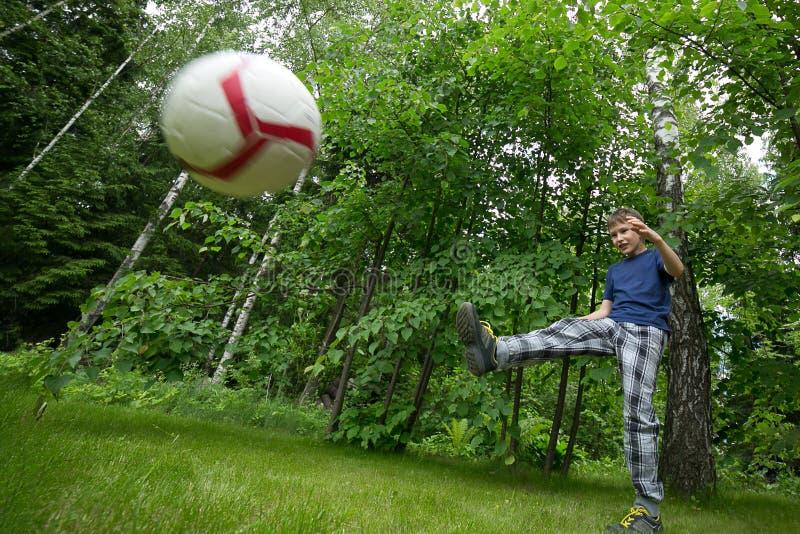 欧洲出现戏剧橄榄球的男孩 明亮的情感,腾空球 免版税库存图片