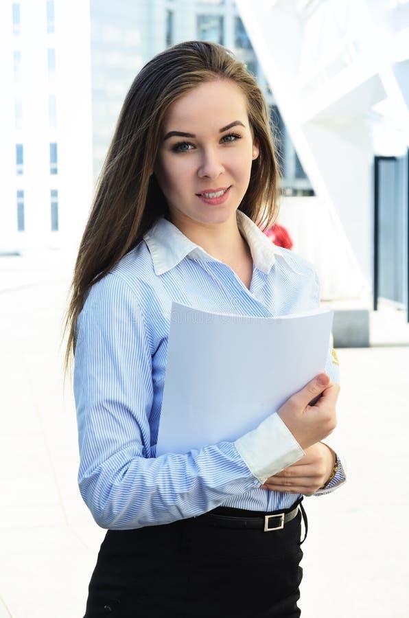 欧洲出现的一个美丽的少女女学生的画象拿着纸片 库存图片