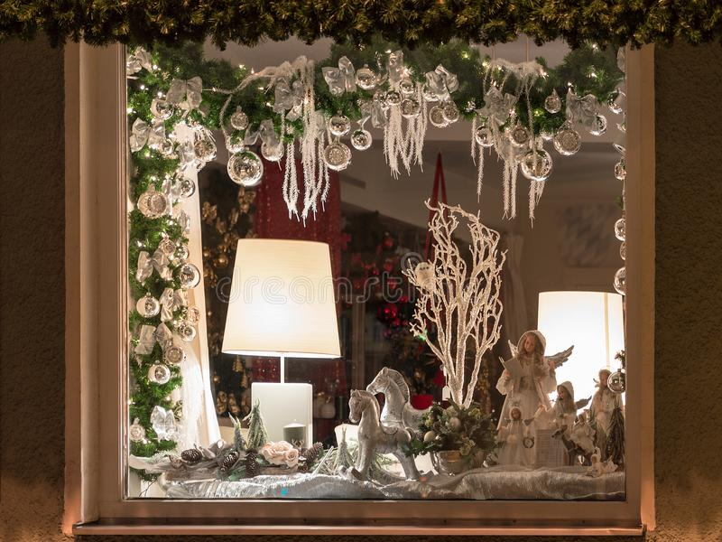 欧洲圣诞节商店窗口装饰 库存照片