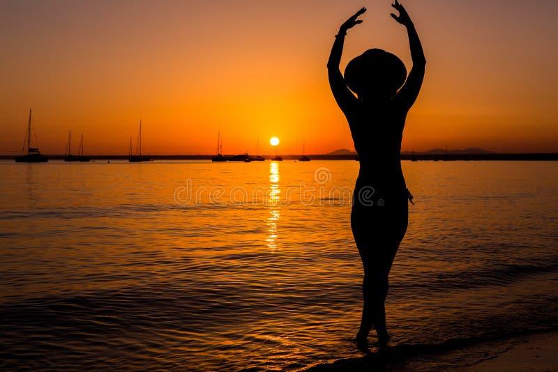 欧洲旅行假期乐趣夏天在自由的妇女跳舞 库存图片