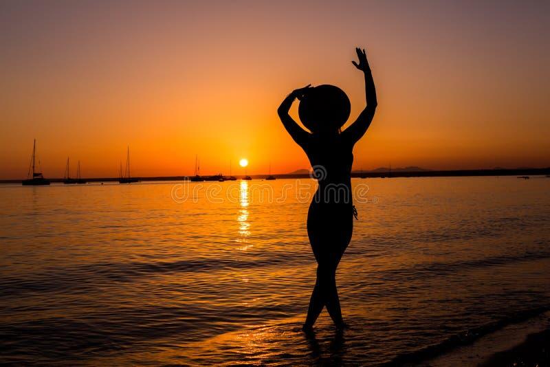 欧洲旅行假期乐趣夏天在自由的妇女跳舞 库存照片