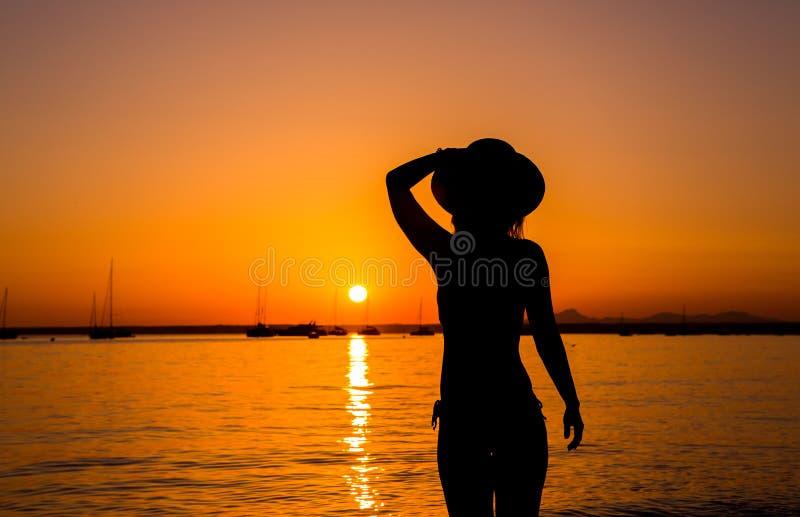 欧洲旅行假期乐趣夏天在自由的妇女跳舞 免版税库存照片