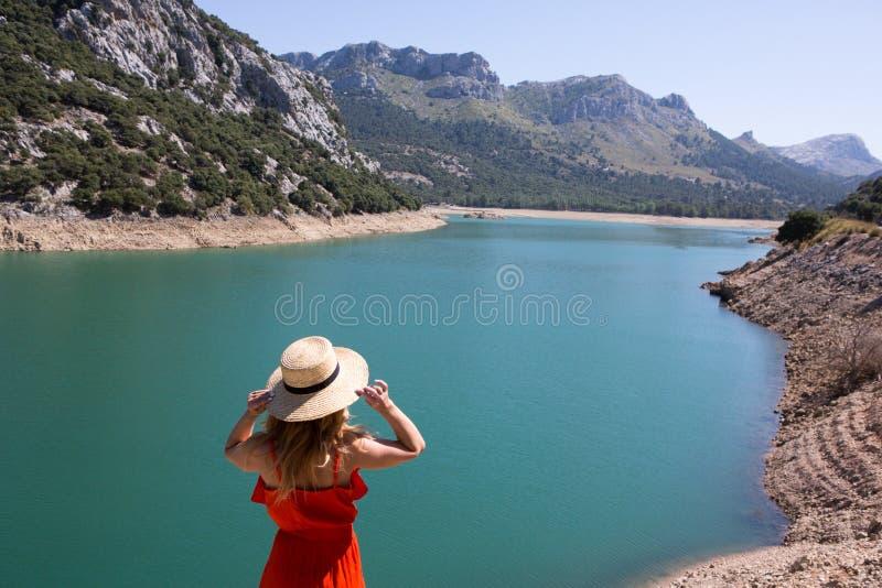 欧洲旅行假期乐趣夏天在自由的妇女跳舞 免版税图库摄影