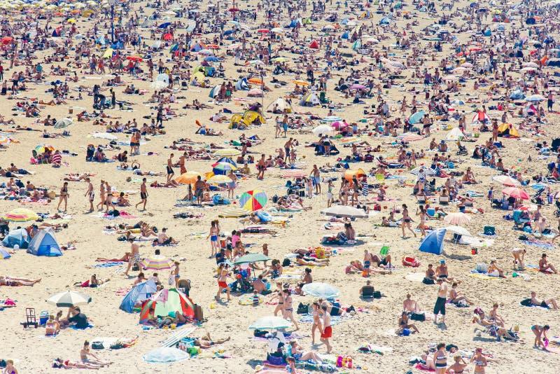 欧洲海滩的许多夏天游人 库存图片